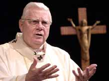 cardenal Bernard Law elector en el Conclave