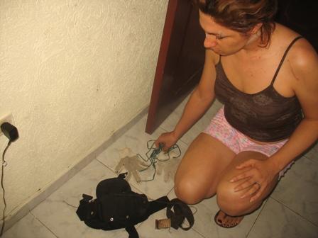Adriana recoge los elementos con los que cree, la iban a  asesinar.